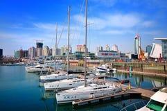 Puerto deportivo del yate de la ciudad de China Qingdao imágenes de archivo libres de regalías