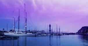 Puerto deportivo del yate en la salida del sol Timelapse de nubes en el cielo rosado sobre puerto del yate almacen de metraje de vídeo
