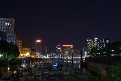 Puerto deportivo delante de un paisaje urbano en la noche Fotografía de archivo