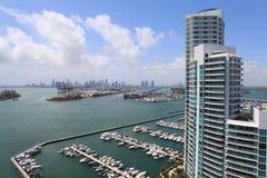 Puerto deportivo e highrise de Miami Beach Foto de archivo libre de regalías