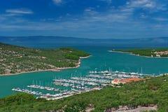 Puerto deportivo en laguna de la turquesa en el mar adriático Fotografía de archivo