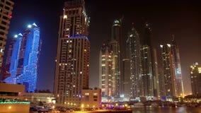 Puerto deportivo futurista de Dubai de la noche almacen de metraje de vídeo