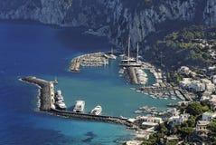Puerto deportivo grande - Capri imagenes de archivo