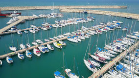 Puerto deportivo grande con los diversos yates y barcos Fotos de archivo