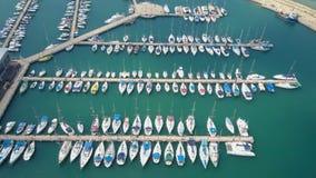 Puerto deportivo grande con los diversos yates y barcos Imagen de archivo libre de regalías