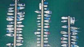 Puerto deportivo grande con los diversos yates y barcos Fotografía de archivo
