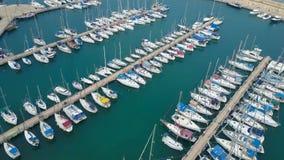 Puerto deportivo grande con los diversos yates y barcos Foto de archivo libre de regalías