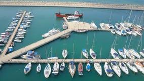 Puerto deportivo grande con los diversos yates y barcos Imagenes de archivo