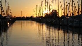 Puerto deportivo holandés en la puesta del sol almacen de video