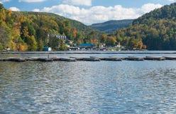 Puerto deportivo y casas urbanas en el lago Morgantown cheat Imagen de archivo
