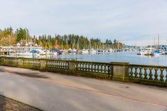 Puerto deportivo y costa de Vancouver con muchos barcos Foto de archivo libre de regalías