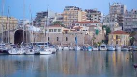 Puerto deportivo y costa en Heraklion por la tarde almacen de video