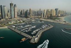 Puerto deportivo y edificios en Dubai Imágenes de archivo libres de regalías