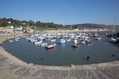 Puerto Dorset Inglaterra Reino Unido de Lyme Regis con los barcos en todavía de la calma un día hermoso en la costa jurásica ingl Imagenes de archivo