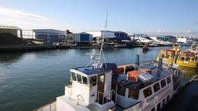 Puerto Dorset Inglaterra Reino Unido de Poole con la navegación del barco adelante almacen de metraje de vídeo