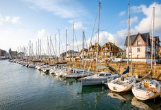 Puerto en el pueblo de Deauville en Francia foto de archivo