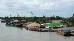 Puerto en el río Mekong Trabajo, cargamento y descargando de las grúas las naves y el camión metrajes