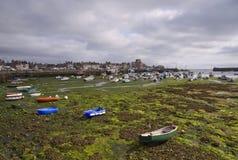 Puerto en el tiempo con marea baja de Bretagne Fotos de archivo