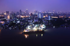 Puerto en la ciudad de Bangkok en crepúsculo Foto de archivo libre de regalías