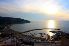 Puerto en la puesta del sol, Italia de Peschici Foto de archivo libre de regalías