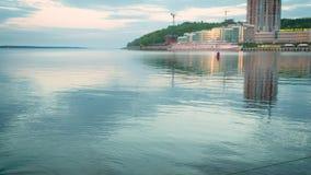 Puerto en la superficie del agua de la puesta del sol almacen de video