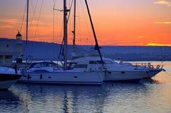 Puerto, faro y puesta del sol del yate Fotografía de archivo
