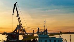 Puerto fluvial en el tiempo de la puesta del sol Revestimientos del tiempo almacen de video