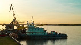 Puerto fluvial en el tiempo de la puesta del sol Revestimientos del tiempo almacen de metraje de vídeo