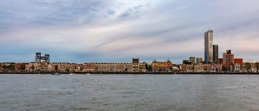 Puerto fluvial holandés de Rotterdam, el horizonte por la tarde imagen de archivo libre de regalías