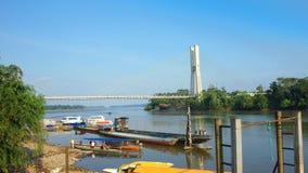Puerto Francisco de Orellana, Orellana/Equador - 16 de janeiro de 2016: Vista da ponte da coca do EL no rio de Napo Esta ponte mi Foto de Stock