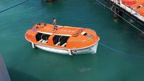 PUERTO FRANCO, BAHAMAS MAYO DE 2016 Bote salvavidas del muelle del barco de cruceros del valor del carnaval del m/v en la zona po almacen de video