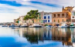 Puerto hermoso de Portocolom con los edificios coloridos en la isla de Majorca, España imagenes de archivo