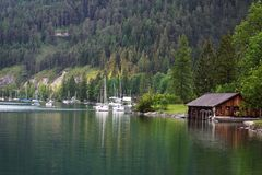 Puerto hermoso del lago con los barcos Imagenes de archivo