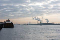 Puerto holandés de Rotterdam en madrugada Foto de archivo