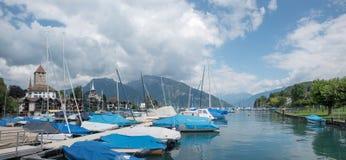 Puerto ilustrado con los barcos amarrados en el puerto del spiez, viaje hermoso fotos de archivo libres de regalías