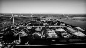 Puerto industrial Amsterdam con los minerales del carbón fotografía de archivo
