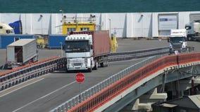 Puerto industrial en la ciudad de Odessa, Ucrania, el 4 de mayo de 2019 - los camiones van a trav?s del puerto industrial metrajes