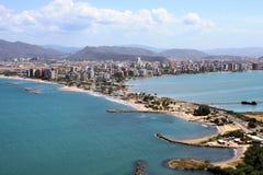 Puerto la Cruz från den närliggande kullen arkivbild