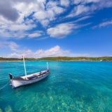 Puerto limpio de Menorca Es Grau con los barcos del llaut en Balearics Imágenes de archivo libres de regalías