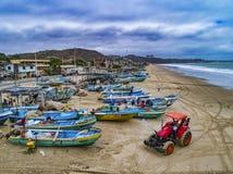 Puerto Lopez, эквадор - 12-ое сентября 2018 - вид с воздуха трутня пляжа с рыбацкими лодками на песке в конце  стоковое изображение rf
