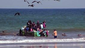 Puerto Lopez, EC - 20160819 - Lopez fiskebåtavlastning stock video