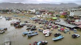 Puerto Lopez, Ecuador - 20180912 - Aeiral surrTime Lapse av stranden som fylls med fiskare som avslutar deras arbete lager videofilmer