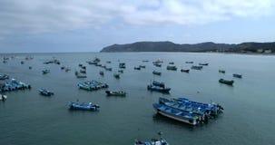 Puerto Lopez, Ecuador - 20180913 - surrantenn - ett fartyg flyttar sig in mot stranden bland förankrade fartyg stock video