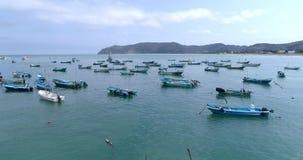 Puerto Lopez, Ecuador - 20180913 - surrantenn - flyg ut till förankrade fartyg stock video