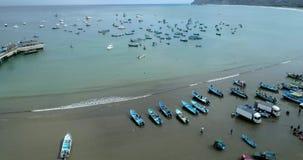 Puerto Lopez, Ecuador - 20180913 - surrantenn - surrlöneförhöjningar, avslöjande fjärd som fylls med fiskebåtar lager videofilmer