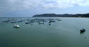 Puerto Lopez, Ecuador - 20180913 - surrantennen - flyga ut från stranden in mot förankrade fartyg arkivfilmer