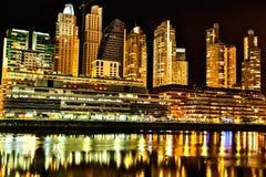 Puerto Madero à Buenos Aires la nuit Photographie stock libre de droits