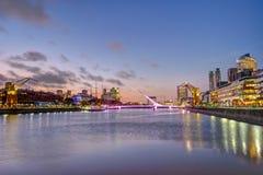 Puerto Madero και το Puente de Λα mujer στο Μπουένος Άιρες στο ηλιοβασίλεμα Στοκ Φωτογραφίες
