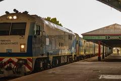 Puerto Madero an der D?mmerung argentinien 3. Februar 2018 Zug, der die Station in die Stadt von Bahía Blanca einträgt lizenzfreie stockbilder