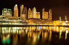 Puerto Madero en Buenos Aires en la noche Foto de archivo libre de regalías